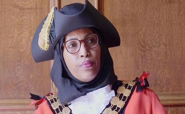 بسبب العنصرية استقالة أول عمدة محجبة في بريطانيا
