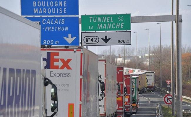 بسبب كورونا 10 آلاف شاحنة عالقة على الحدود بين فرنسا وبريطانيا