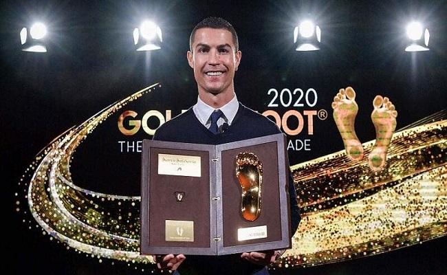 رونالدو يستلم جائزة القدم الذهبية...