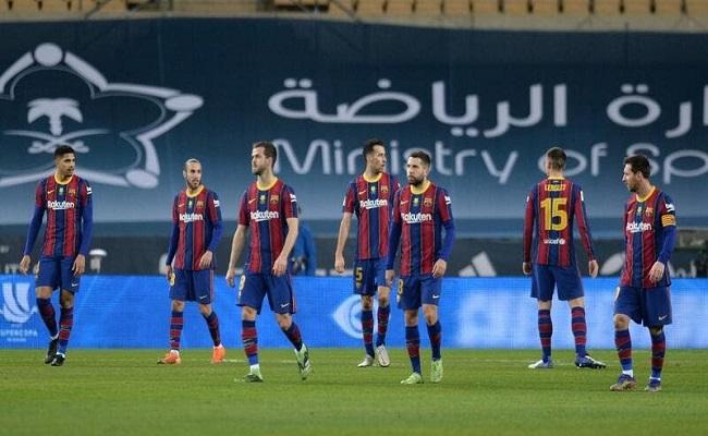برشلونة لم يدفع أجور لاعبيه منذ الصيف الماضي
