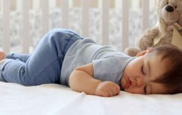 نوم الطفل على بطنه لوقتٍ قصير يفيده كثيراً...اليكِ السبب!