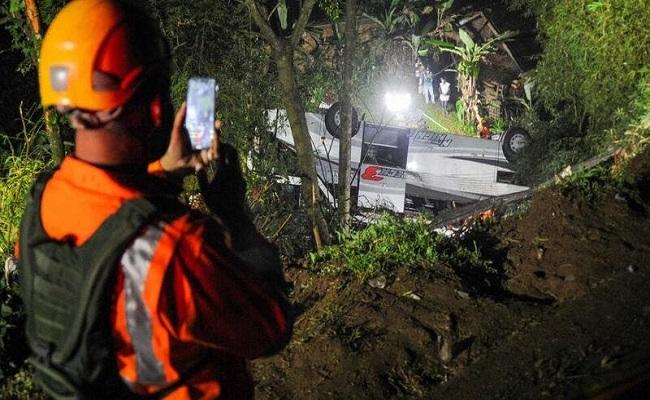 27  قتيلا اثر سقوط حافلة تلاميذ في واد بإندونيسيا