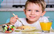 هل تبالغون في تقديم الطعام لطفلكم؟ إليكم المخاطر الصحيّة لهذا الأمر!