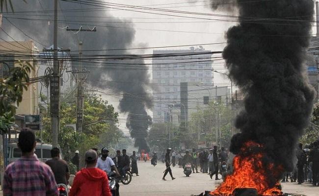 الآلاف يتظاهرون في ميانمار