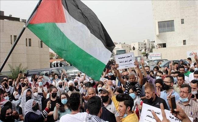 مئات الأردنيين يتظاهرون قرب السفارة الإسرائيلية