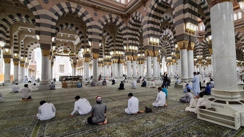 صلاة الفجر بالمسجد النبوي تطيح بمسؤولين سعوديين كبارا