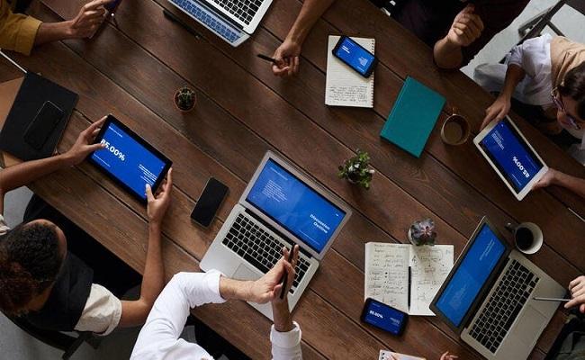 خبراء تكنولوجيا يقدمون قدرات تقنية للمستخدمين خارج الأقسام...