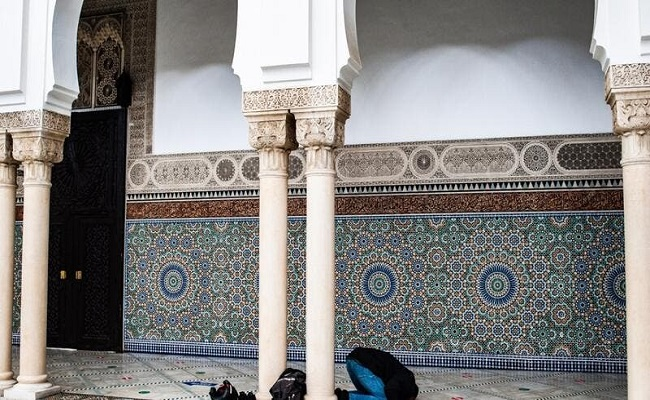 89 مسجد تحت المراقبة وإغلاق 10 دور عبادة للمسلمين بفرنسا
