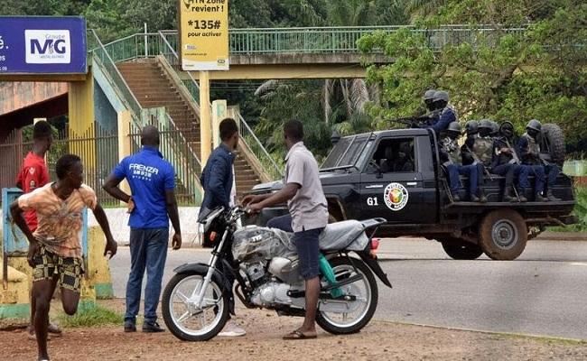 انقلابيو غينيا يحلون مؤسسات الدولة
