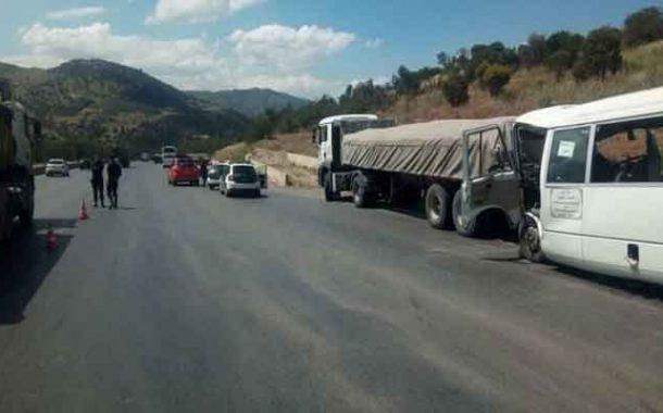 اصطدام حافلة وشاحنة بالطريق السيار يخلف قتيلا و 14 جريحا بميلة