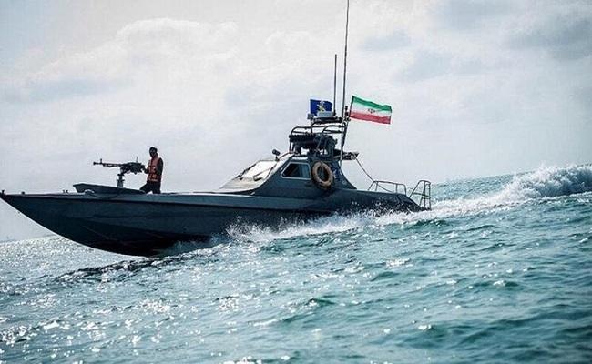 زوارق إيرانية تعترض سفينة حربية أميركية