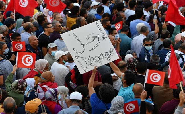 ألاف التونسيون يتظاهرون ضد الرئيس